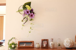 テーブルの上の花の花瓶の写真・画像素材[1022113]