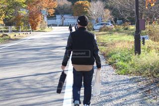 散歩中の男性の写真・画像素材[2718620]