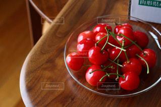 木製のテーブルの上の果物のボウルの写真・画像素材[3149112]