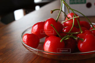 木製のテーブルの上の果物のボウルの写真・画像素材[3149113]