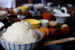 食べ物の皿をテーブルの上に置くの写真・画像素材[3177624]