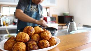 料理中の男性の写真・画像素材[3177623]