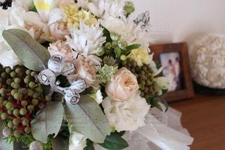 テーブルの上に花束をの写真・画像素材[3192880]