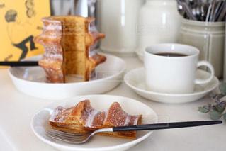 テーブルの上の食べ物の皿のクローズアップの写真・画像素材[3196742]