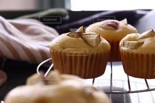 テーブルの上に座っているカップケーキの写真・画像素材[3196744]