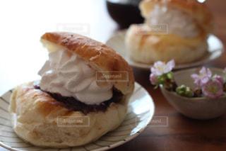皿の上のケーキの片をクローズアップするの写真・画像素材[3196746]