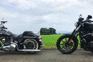 道路の脇に止まっているオートバイの写真・画像素材[3216026]