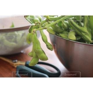 テーブルの上に新鮮な野菜のボウルの写真・画像素材[3216027]