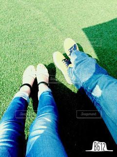 芝生の上に座っている人の写真・画像素材[3216028]