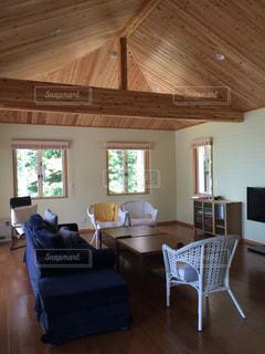 リビング ルームの家具と大きな窓いっぱいの写真・画像素材[1022450]