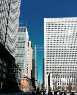 ビルの隙間の空の写真・画像素材[1099424]