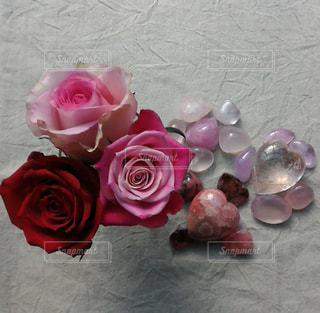 テーブルの上のピンクの花のグループの写真・画像素材[1589211]