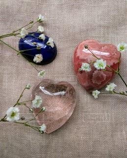 かすみ草と石の写真・画像素材[2134807]