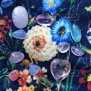 花柄と石の写真・画像素材[2147469]