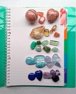 キラキラバインダーと石の写真・画像素材[2253514]