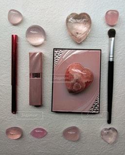 ピンクコスメと石の写真・画像素材[2264009]