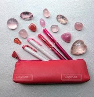 ピンクの文具とピンクの石の写真・画像素材[2272364]