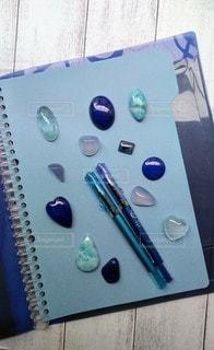 青の文具と青の石の写真・画像素材[2298438]