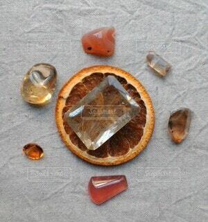 みかんに石のっけの写真・画像素材[3905207]