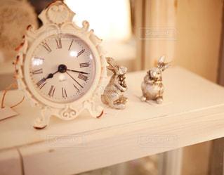 テーブル上にある時計の写真・画像素材[1025764]