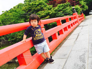 小さな男の子が遊び場で座っての写真・画像素材[1023253]