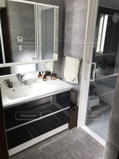 シンクの隣に座っている白い浴槽付きのバスルームの写真・画像素材[1025278]