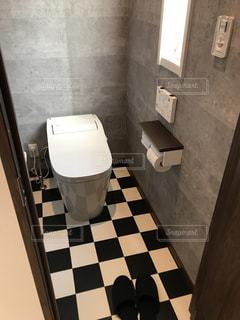 バスルームに座っている白いトイレの写真・画像素材[1025279]