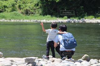 河原に座っている親子の写真・画像素材[1249644]