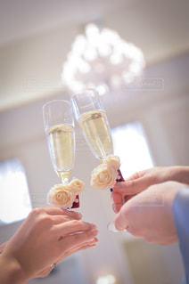 20代,結婚式,人物,壁,食器,グラス,乾杯,披露宴,男女,ドリンク,シャンパン,新郎新婦,手元,ウェディング,披露宴会場,グラス装花