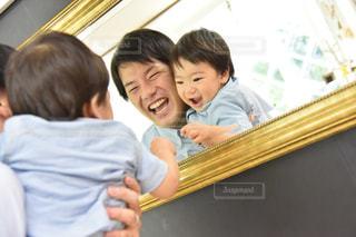 父と子の鏡越しスマイルの写真・画像素材[2658522]