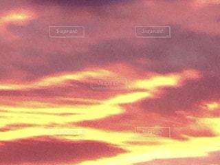 夕焼け空に浮かぶ雲の写真・画像素材[1520183]