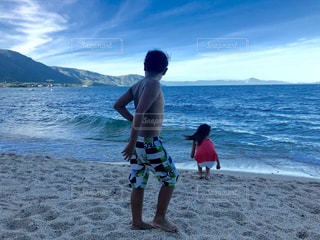 砂浜の上に立っている人の写真・画像素材[1409757]
