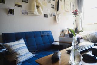 青いソファと花の写真・画像素材[1026099]