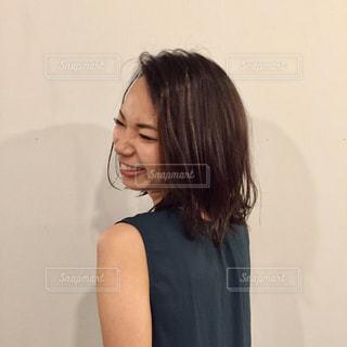カメラにポーズ鏡の前に立っている女性の写真・画像素材[1028608]