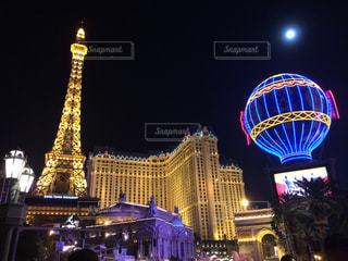 バック グラウンドでパリ ラスベガスの夜ライトアップされた都市の写真・画像素材[1026612]