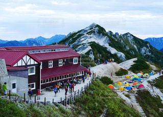 雪の山でスキーに乗っている人のグループの写真・画像素材[1027965]