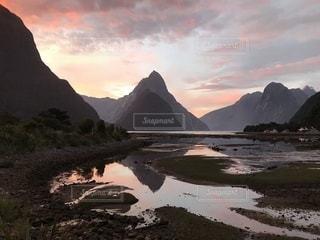 夕焼けの世界遺産ミルフォードサウンド(ニュージーランド)の写真・画像素材[1027318]