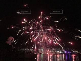 湖上の花火の写真・画像素材[1310290]