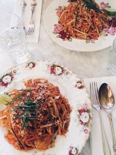 テーブルの上に食べ物のプレートの写真・画像素材[1040105]