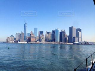 フェリーから見たマンハッタンの高層ビル群の写真・画像素材[1027827]