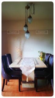 家具やテーブルの上に花瓶で満たされた部屋の写真・画像素材[1029554]