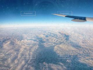 大型航空機を空中に高く飛ぶの写真・画像素材[1039963]