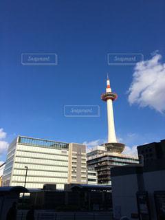 街にそびえる大きなタワーの写真・画像素材[1028160]