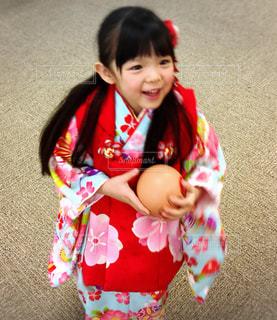 小さな女の子がカメラを見てください。の写真・画像素材[1028179]