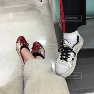 赤と黒の靴を履いている男の写真・画像素材[1038484]