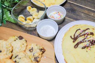 食べ物の皿をテーブルの上に置くの写真・画像素材[3392402]
