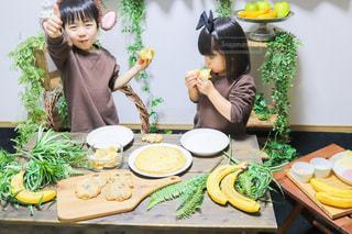 食べ物を食べている小さな女の子の写真・画像素材[3392419]