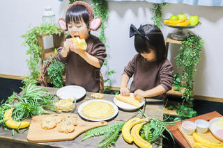 食べ物を食べるテーブルに座っている人の写真・画像素材[3392411]