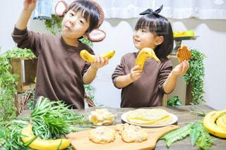 食べ物を食べるテーブルに座っている小さな男の子の写真・画像素材[3392415]