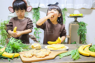 小さな女の子がバナナを食べているの写真・画像素材[3392414]